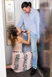 Couples ayant des préliminaires dans l'ascenseur Photo libre de droits