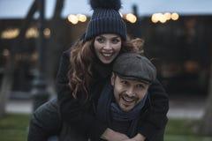 Couples ayant l'amusement à l'extérieur photos stock