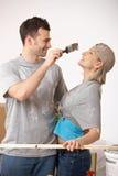 Couples ayant l'amusement à la peinture Image libre de droits