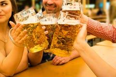 Couples ayant l'amusement chez l'Oktoberfest Photos stock