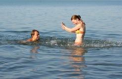 Couples ayant l'amusement dans l'eau Images libres de droits