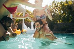 Couples ayant l'amusement dans la piscine Photo libre de droits