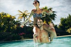 Couples ayant l'amusement dans la piscine Images stock
