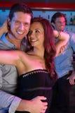 Couples ayant l'amusement dans le bar occupé Photos libres de droits