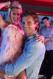 Couples ayant l'amusement dans le bar occupé Image libre de droits