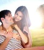 Couples ayant l'amusement dans le parc photographie stock