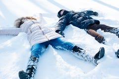 Couples ayant l'amusement dans le parc neigeux Image stock