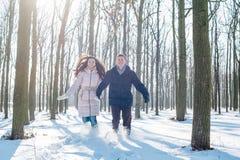 Couples ayant l'amusement dans le parc neigeux Photographie stock libre de droits