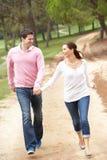 Couples ayant l'amusement dans le stationnement Photographie stock