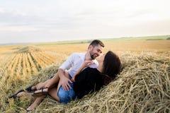 Couples ayant l'amusement dans un domaine Photos stock