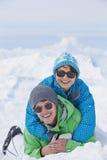 Couples ayant l'amusement des vacances de ski en montagnes Images stock