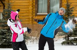 Couples ayant l'amusement en jouant aux boules de neige Photographie stock