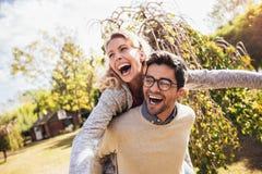 Couples ayant l'amusement extérieur photo stock