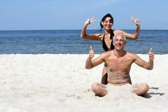 Couples ayant l'amusement indiquer les signes EN BON ÉTAT Photographie stock