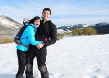 Couples ayant l'amusement l'hiver augmentant le voyage Photo libre de droits