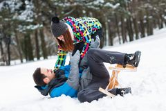Couples ayant l'amusement le jour d'hiver de neige Photos libres de droits