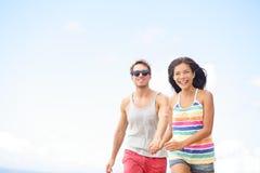Couples ayant l'amusement riant dans l'amour dehors Photographie stock libre de droits