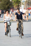 Couples ayant l'amusement sur des vélos Image libre de droits