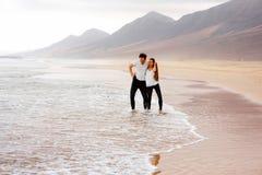 Couples ayant l'amusement sur la belle plage Photos stock