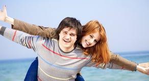 Couples ayant l'amusement sur la plage. Image stock