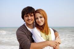 Couples ayant l'amusement sur la plage. Photographie stock
