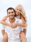 Couples ayant l'amusement sur la plage Image libre de droits
