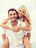 Couples ayant l'amusement sur la plage Images libres de droits