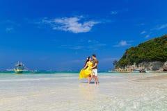 Couples ayant l'amusement sur la plage tropicale Concept de vacances d'été Images libres de droits