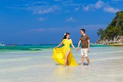 Couples ayant l'amusement sur la plage tropicale Concept de vacances d'été Photo libre de droits