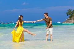 Couples ayant l'amusement sur la plage tropicale Concept de vacances d'été Photos stock