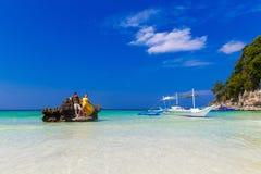 Couples ayant l'amusement sur la plage tropicale Concept de vacances d'été Image libre de droits