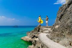 Couples ayant l'amusement sur la plage tropicale Concept de vacances d'été Photos libres de droits