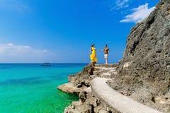 Couples ayant l'amusement sur la plage tropicale Concept de vacances d'été Image stock