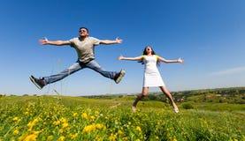 Couples ayant l'amusement sur le pré Photos libres de droits