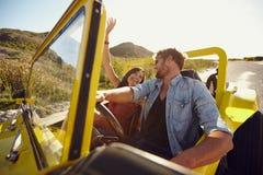 Couples ayant l'amusement sur le voyage par la route Images stock