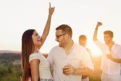 Couples ayant l'amusement ? une partie images stock