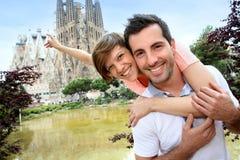 Couples ayant l'amusement visitant Barcelone Photographie stock