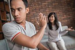 Couples ayant l'argument à la maison photo libre de droits