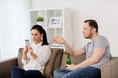 Couples ayant l'argument à la maison photographie stock libre de droits