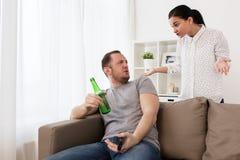 Couples ayant l'argument à la maison Photos libres de droits