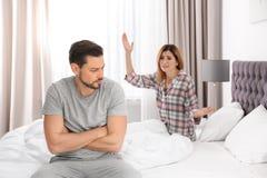 Couples ayant l'argument dans la chambre à coucher photo libre de droits