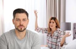 Couples ayant l'argument dans la chambre à coucher image stock