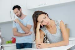 Couples ayant l'argument dans la cuisine photographie stock libre de droits