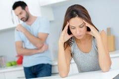 Couples ayant l'argument dans la cuisine photo libre de droits