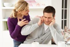 Couples ayant l'argument à la maison Photo stock