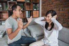 Couples ayant l'argument sur le divan photos libres de droits