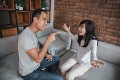 Couples ayant l'argument sur le divan photo stock