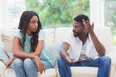 Couples ayant l'argument sur le divan Image stock