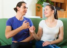 Couples ayant la conciliation à la maison photos stock