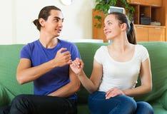 Couples ayant la conciliation à la maison images stock